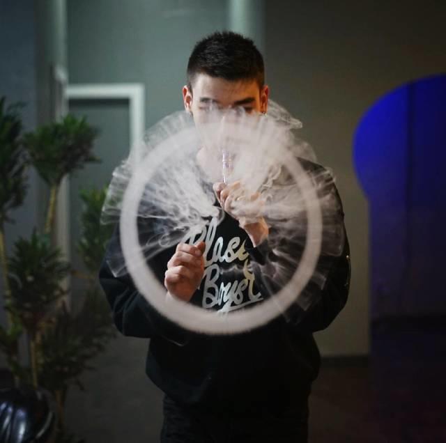 """Vapor达人丨21岁的""""电子烟之王"""",颜值高吐烟技巧更高!"""